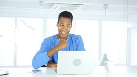 Homme afro-américain célébrant le succès, excitation sur le haut niveau photo stock