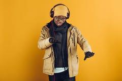 Homme afro-américain dans des écouteurs écoutant la musique image stock