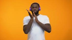 Homme afro-américain dans la musique électronique et la danse de écoute d'écouteurs clips vidéos