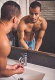 Homme afro-américain dans la salle de bains image stock