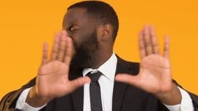 Homme afro-américain dans le costume rejetant des services bancaires de mauvaise qualité, aversion clips vidéos