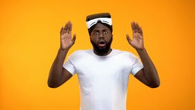 Homme afro-am?ricain choqu? stup?fait de la simulation de r?alit? virtuelle, instrument moderne photos stock