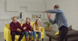 Homme agissant un mot dans le jeu des charades banque de vidéos