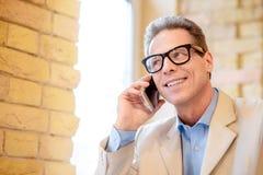 Homme agréable parlant au téléphone portable Image stock