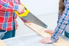 Homme agréable travaillant avec du bois Images stock