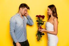 Homme agréablement étonné obtenant une proposition de mariage de son amie Photos libres de droits