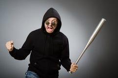 Homme agressif avec la batte basebal photographie stock libre de droits