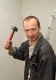 Homme agressif avec un grand marteau Photos stock