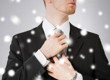 Homme ajustant le sien lien Photo libre de droits