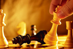 Homme allant chercher échec et mat dans une partie d'échecs Photographie stock