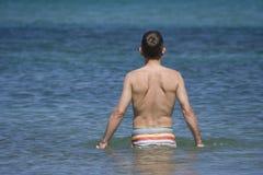 Homme allant chercher un bain Photographie stock libre de droits