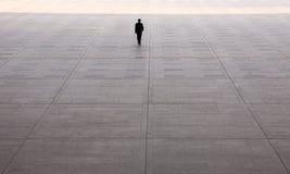 Homme allant vers la lumière Images stock
