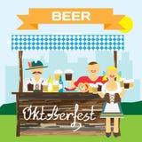 Homme allemand d'Oktoberfest dans le costume national Bière de boissons d'hommes Photo libre de droits