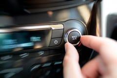 Homme allumant le dispositif de climatisation de voiture Photographie stock libre de droits