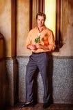 Homme américain vous manquant avec la rose de blanc, vous attendant outsid Photo stock