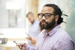 Homme ameracan africain avec des lunettes Photo stock