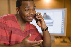Homme amical parlant sur le téléphone portable Image libre de droits