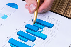 homme analysant des diagrammes d'investissement image libre de droits