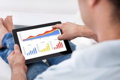 Homme analysant des statistiques financières Image libre de droits