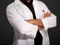 Homme anonyme dans le manteau de laboratoire image stock