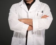 Homme anonyme dans le manteau de laboratoire photographie stock