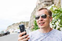 Homme appelant par le téléphone portable image libre de droits