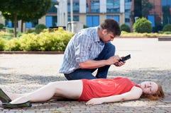 Homme appelle le service des urgences Photo libre de droits