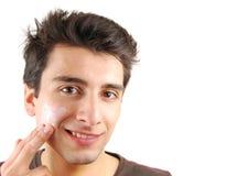 Homme appliquant la crème de visage photographie stock libre de droits