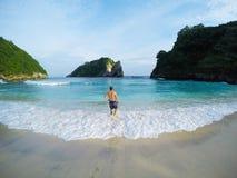 Homme appréciant des vagues, Bali, Indonésie photos stock