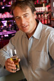 Homme appréciant la boisson au bar image libre de droits