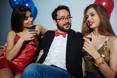 Homme appréciant la société des femmes attirantes Photos libres de droits