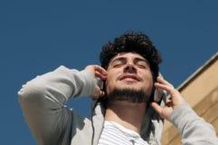 Homme appréciant le moment écoutant la musique Images libres de droits