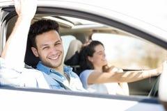 Homme appréciant sur le voyage par la route avec l'amie Image stock