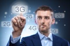 Homme appuyant sur le bouton de l'écran tactile 3g Photos stock