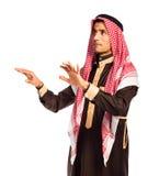 Homme arabe appuyant sur le bouton virtuel sur le blanc photo libre de droits