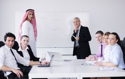 Homme arabe d'affaires lors du contact Photo stock