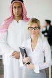 Homme arabe d'affaires lors du contact Photos stock