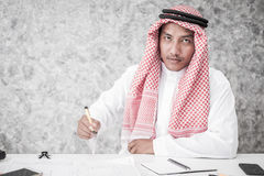 Homme arabe d'affaires tenant le bureau Photographie stock