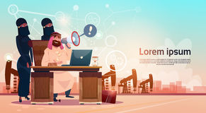 Homme arabe d'affaires travaillant avec l'huile Rig Crane Platform Background Wealth Concept de Pumpjack d'ordinateur portable illustration libre de droits