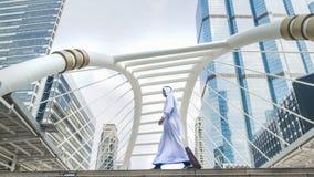 Homme arabe de voyageur d'affaires portant une valise Photos libres de droits