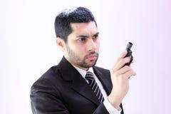 Homme arabe fâché d'affaires avec l'arme à feu prête à tuer photo libre de droits