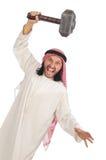 Homme arabe fâché avec le marteau d'isolement sur le blanc Images stock