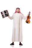 Homme arabe jouant le tambour d'isolement Images stock
