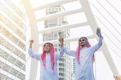 Homme arabe réussi célébrant la victoire Photo stock