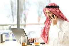 Homme arabe travaillant dans un café Photos libres de droits