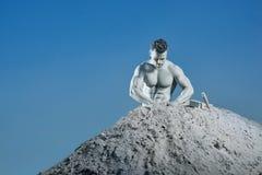 Homme argenté bel de peau en montagne créant son corps photo libre de droits