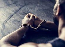 Homme arrêté avec des menottes sur des poignets images libres de droits
