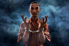 Homme arrêté dans des menottes Photographie stock libre de droits