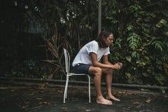 Homme Artsy détendant seul extérieur image stock