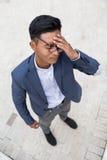 Homme asiatique avec le mal de tête Images libres de droits